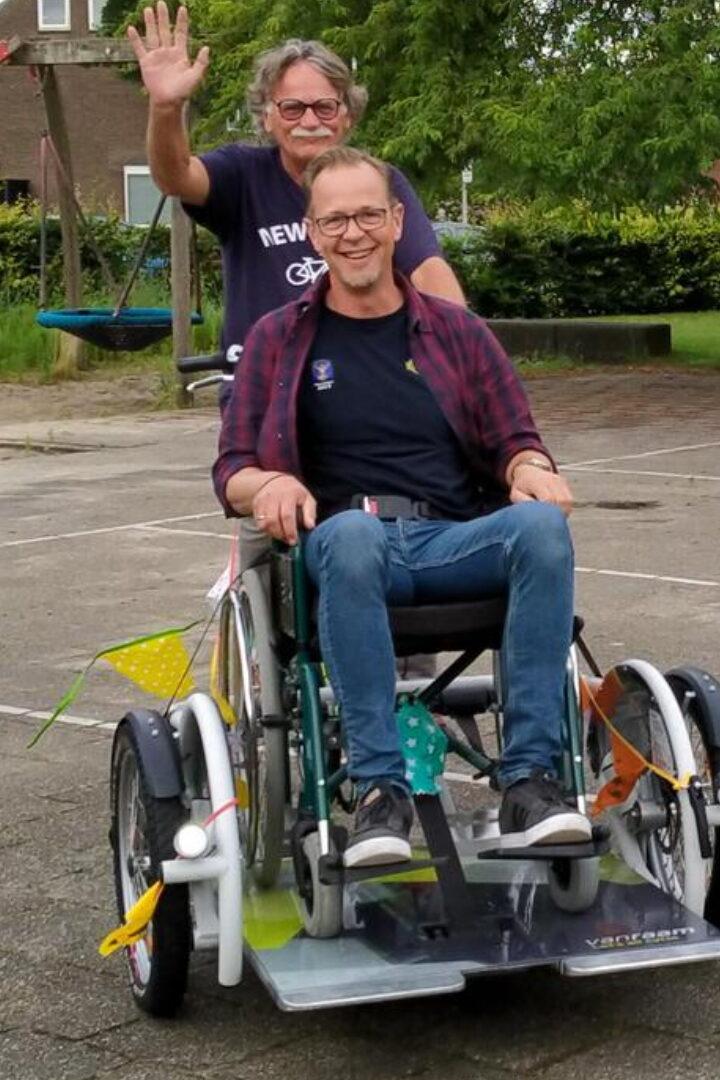 Stichting Vrienden van Cura Twente overhandigt Rolstoelfiets
